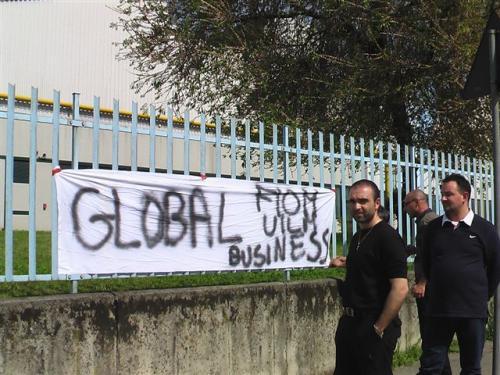 Lavoratori della Global Business in presidio