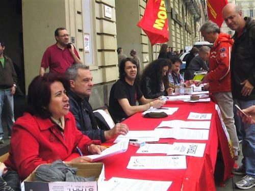Il banchetto per la raccolta firme della legge sulla rappresentanza sindacale
